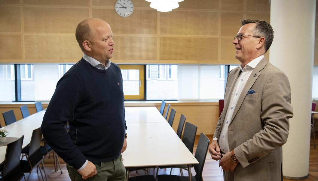 — Det skal ikke bare være fjernundervisning på små steder, mens det sitter noen i Tromsø, Bergen eller Oslo og underviser, sier Sp-leder Trygve Slagsvold Vedum. Partiet lanserte sin plan for Nord-Norge på en pressekonferanse. Her treffer Vedum påtroppende rektor ved UiT, Dag Rune Olsen.