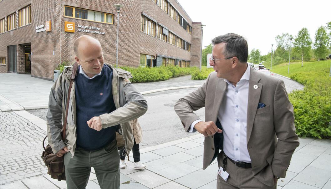 Trygve Slagsvold Vedum (avbildet over med UiB-rektor Dag Rune Olsen) spiller på folkelig sjarm og snakker om eliter på inn- og utpust, men har ikke skjønt at folk med mastergrad også er vanlige mennesker, mener Kari Sollien, leder i Akademikerne.