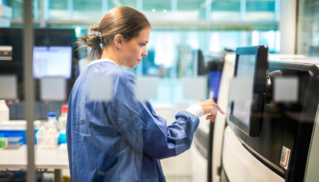 Marie Ressem skal berre ha ei veke sommarferie i år. Her er bioingeniøren i sving ved Luigi - fleire av maskinene har kjende namn.