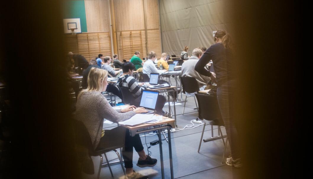 Pandemien har medført at en rekke eksamener er omgjort fra skole- til hjemmeeksamen. Omleggingen har medført at langt flere fuskesaker er til behandling, og flere studenter utestenges.