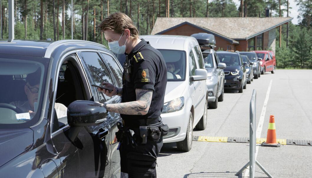 Tollerne bistår politiet i grensekontrollen av koronapapirer ved innreise inn til Norge. Slik tilbringes de fleste dager under pandemien.