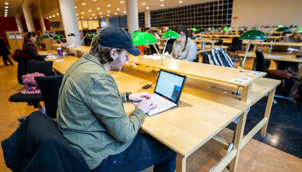 Illustrasjonsfoto av en student i lesesal på Universitetsbiblioteket på Blindern i Oslo.