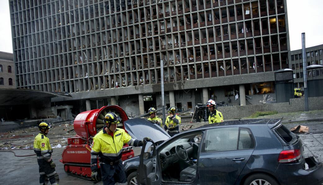 Terror-angrep i Oslo sentrum 22.juli 2011, hvor regjeringsbygningen, Høyblokka (i bakgrunnen), var målet, før ungdommer på Utøya ble skutt og drept kort tid etter av den høyreekstreme terroristen. 77 mennesker mistet livet og mange ble skadd. Det hadde vært minimalt med forskning på høyreekstremisme i Norge i tiåret forut for angrepet.
