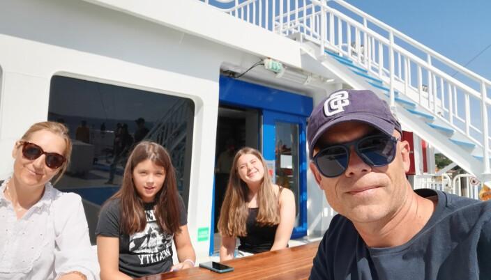 Her på ferja med kona Line og døtrene Ulrikke og Mari.