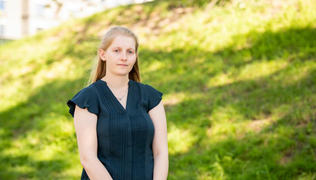 Leder av NITO Studentene, Linn Robin Andersen, reagerer på at det blir gitt to tilbud om studieplass per planlagte studieplass i IKT-studier.