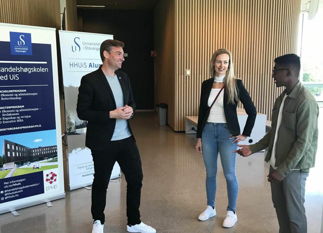 Forsknings- og høyere utdanningsminister Henrik Asheim kom innom Handelshøgskolen ved Universitetet i Stavanger mandag for å høre om planene for et fullverdig jusstudium. Her snakker han med Lene Kristine Solesvik og Aathesan Karunakaran, begge på studenter på bachelor i rettsvitenskap.