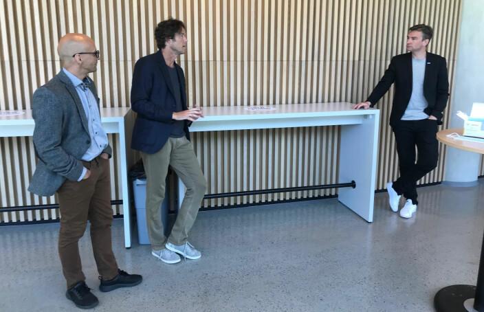 Professor Benn Folkvord og dekan Ola Kvaløy forteller Asheim om arbeidet med å få etablert en master i rettsvitenskap.