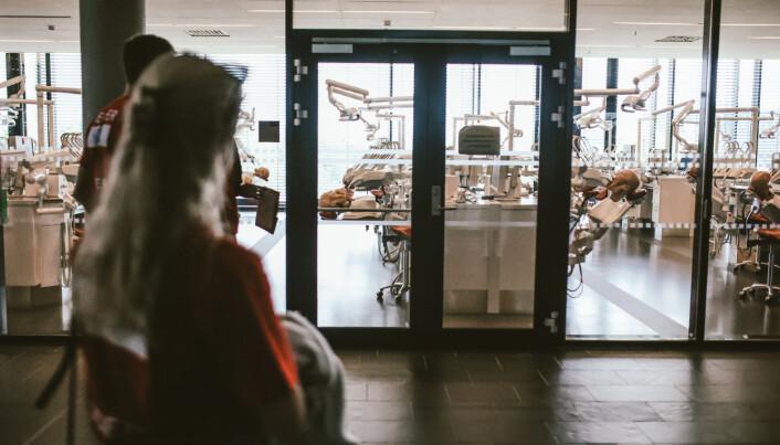 De ferske studentene ble vist rundt på Domus Medica og fikk se lokalet der de skal trene på dukker.