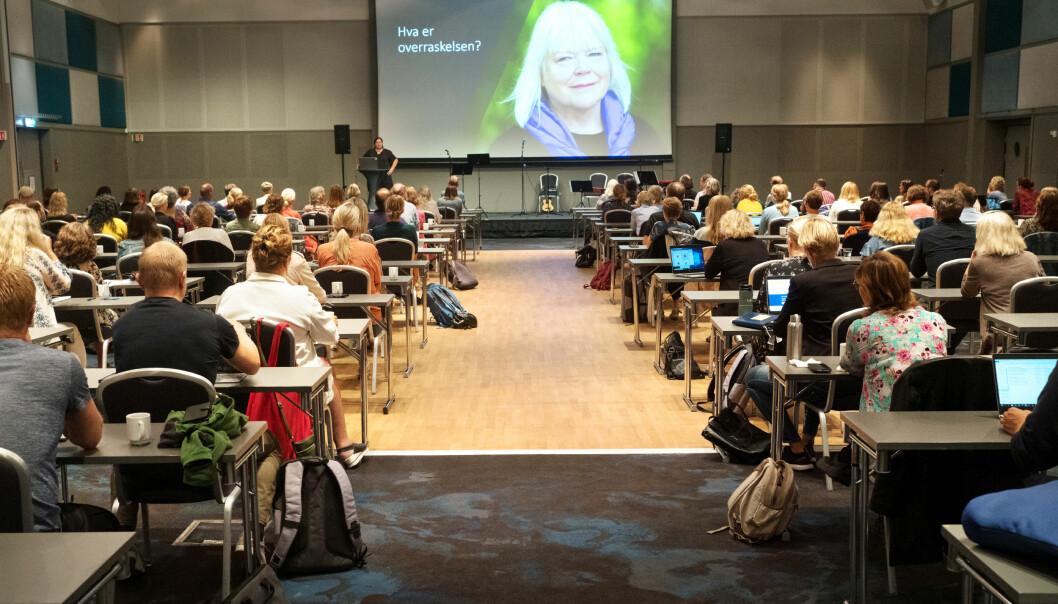 Ansatte på grunnskolelærerutdanningen ved OsloMet fikk en overraskelse da deres tidligere instituttleder, Hilde Helene Harnæs, ble tildelt Kongens fortjenstmedalje under det første fysiske personalseminaret siden pandemien startet.