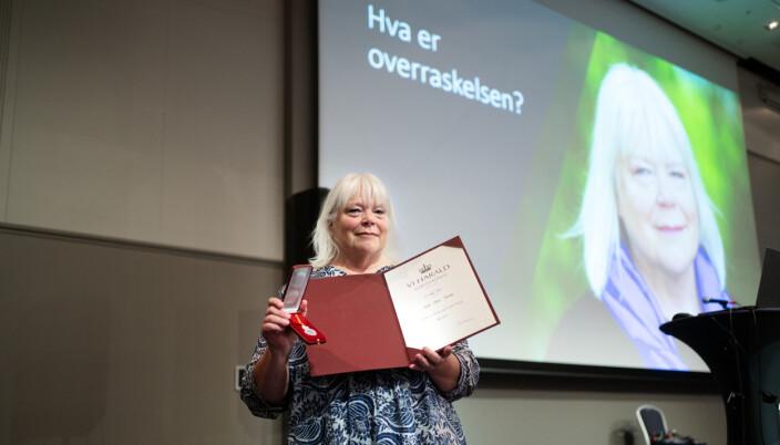 Hilde Harnæs fikk, overraskende for henne og de fleste i salen, Kongens fortjenstmedalje under personalseminaret på grunnskolelærerutdanningen ved OsloMet onsdag. Nå venter besøk på Slottet.