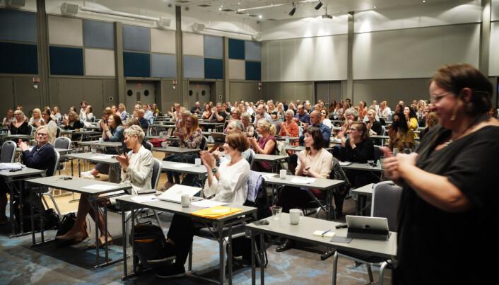 Plassert på hvert sitt bord møttes nesten 200 ansatte på grunnskolelærerutdannigen ved OsloMet hverandre fysisk onsdag. Vibeke Bjarnø til høyre..