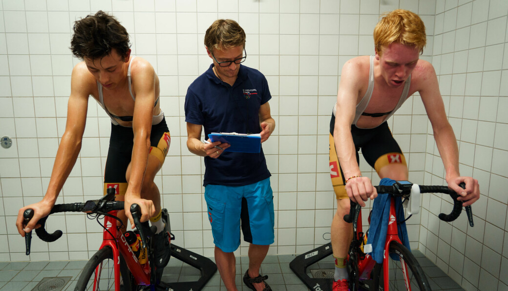 Her tester Bent Rønnestad toppsyklister fra profflaget Team UNO-X, som er en av samarbeidspartnerne til Høgskolen i Innlandet.