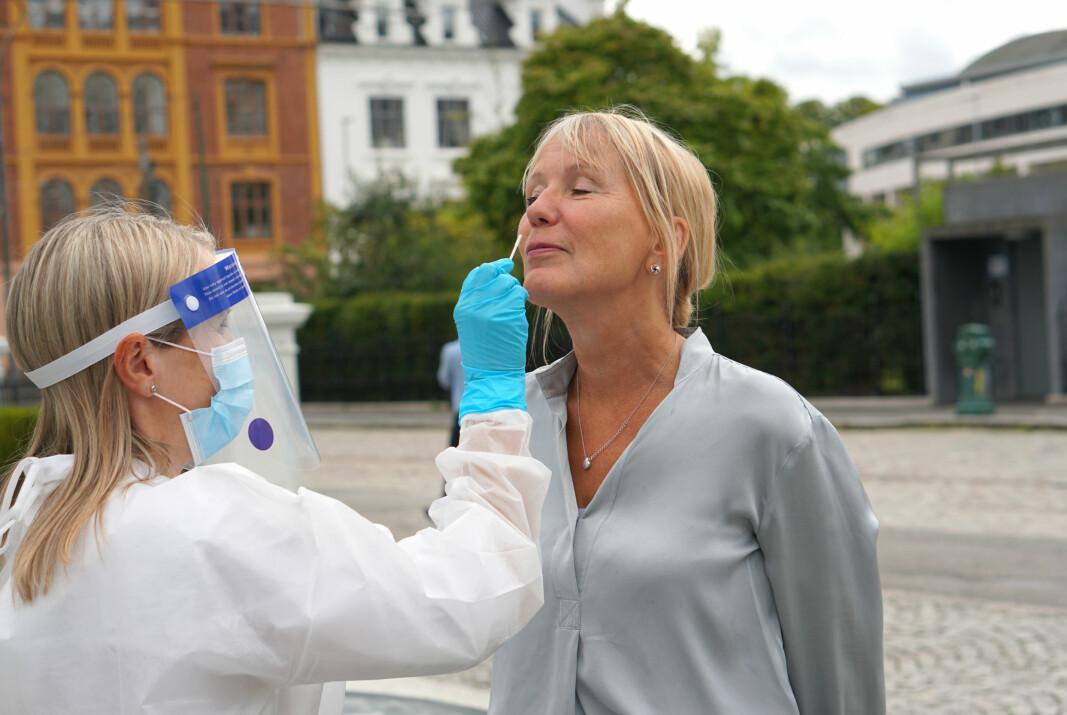 Rektor ved UiB Margareth Hagen testet seg fredag. Mari Follo utfører testen.