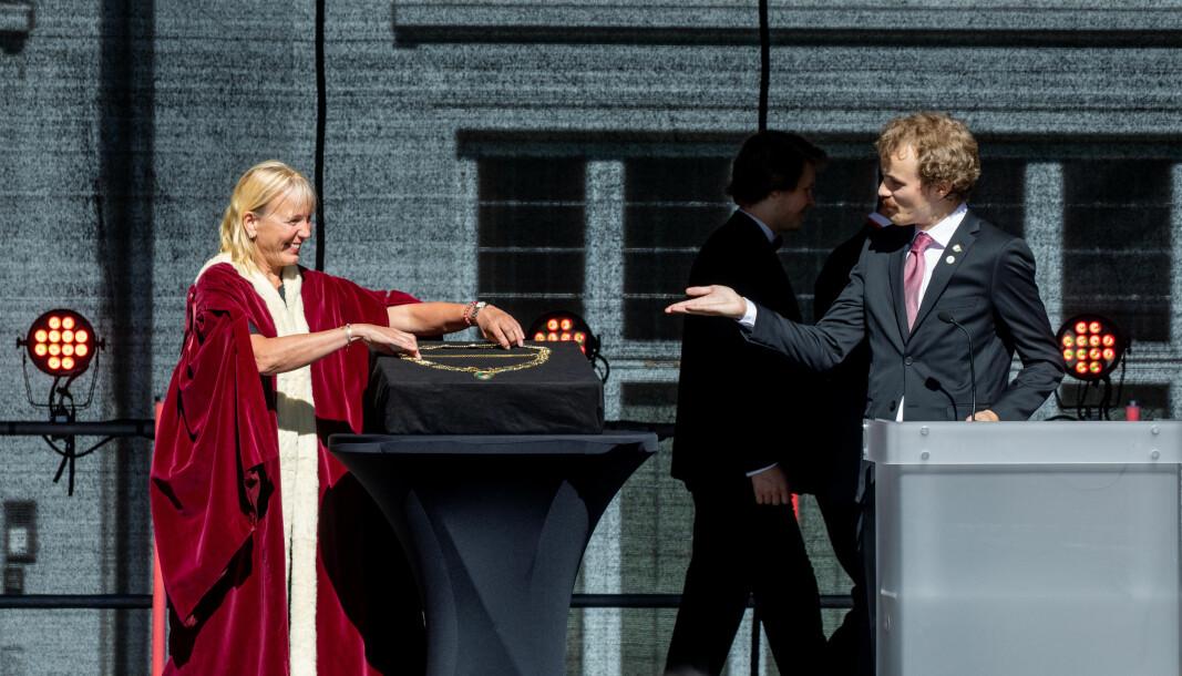 Thomas Helland-Hansen fikk æren av å overrekke Margareth Hagen rektorkjedet.