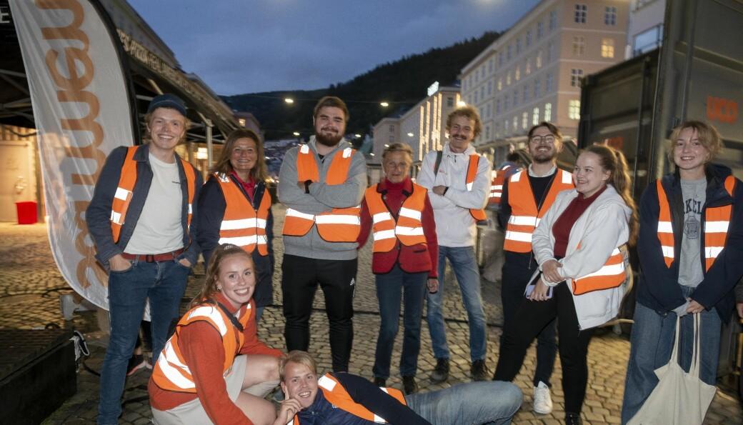 Rundt 25 faddervakter var ute i Bergen natt til fredag. Prorektor ved Universitetet i Bergen, Pinar Heggernes (nummer to fra venstre), hadde begynt torsdagen med å rydde etter onsdagens fester. — Men jeg har jukset litt, jeg har vært hjemme og sovet noen timer, sa Heggernes til Khrono sent torsdag kveld..