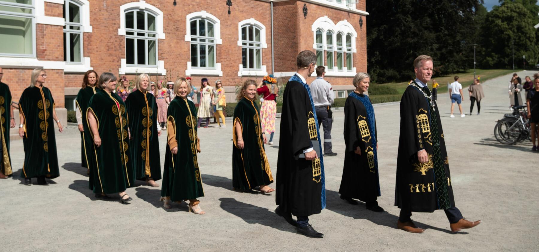 Rektor Curt Rice med prorektorer og dekaner i følge for å immatrikulere årets nye studenter ved NMBU.