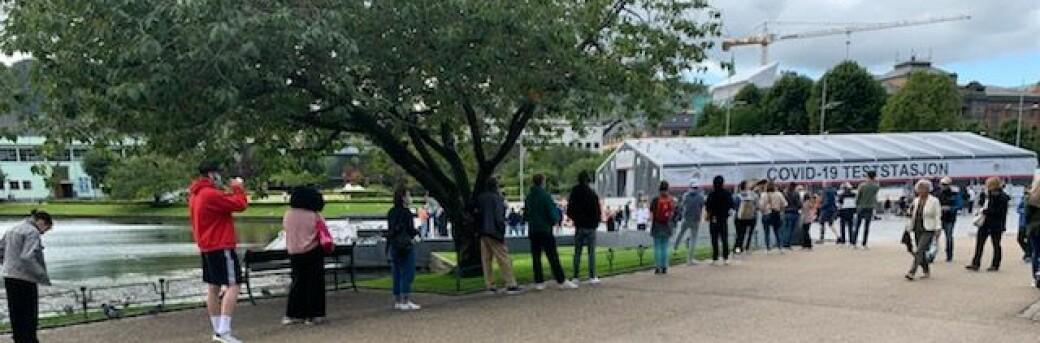 Køene for en smittetest i Bergen var flere hundre meter lange fredag formiddag.
