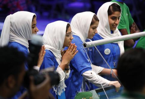 Taliban: — Mannlige forelesere kan stå bak gardin