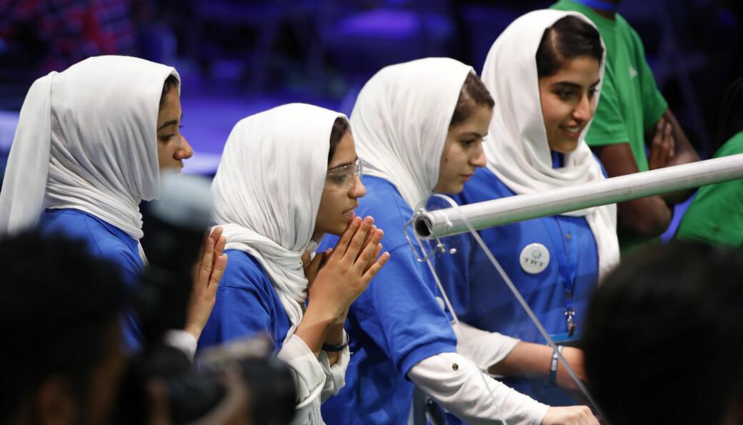 Her er noen av de afghanske jentene i 2017 da de fikk pris i en internasjonal robotkonkurranse i Washington. Ni av medlemmene i