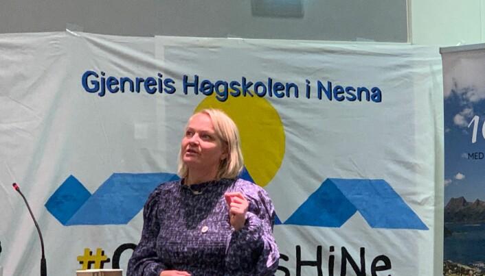 Mona Fagerås har sjølv vore rektor på ein fådelt skule. SV-politikaren er uroa både over fråflytting og lærarmangel i Nord-Noreg.