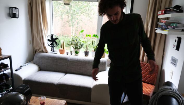 Peter Kolb viser rundt i sin egen leilighet i eldrehjemmet.