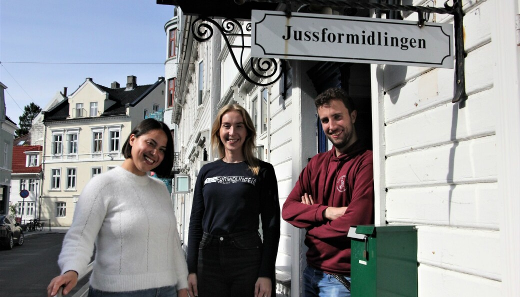 Juristformidlingen ved Universitetet i Bergen er en av de fire store rettshjelptiltakene i landet som tilbyr fri rettshjelp. Her ved daglig leder Michelle Danker, Sara Helene Terland og Jonas Nielsen.