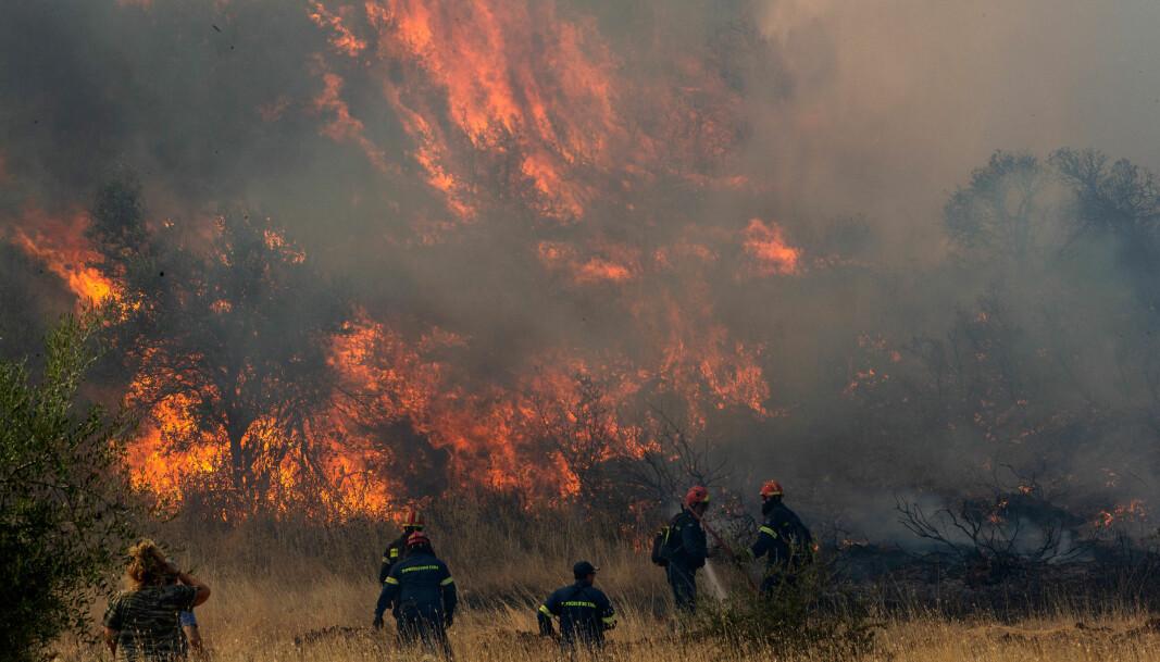 Brannmannskaper kjemper mot flammene i en av mange kraftige branner i Hellas i løpet av august måned i år.