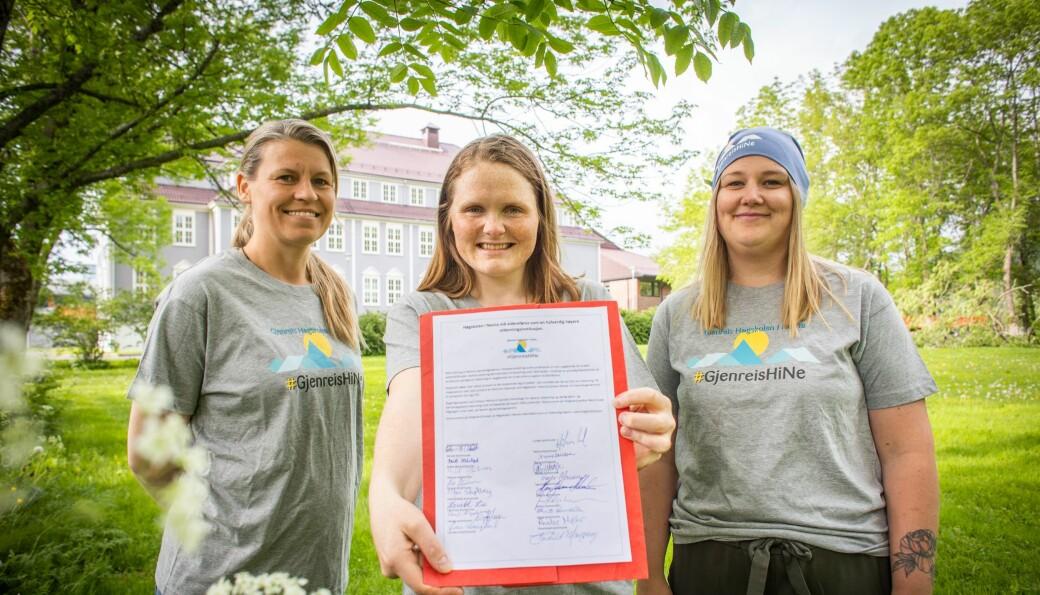 — Vi må ha utdanningsinstitusjonar i distriktet for å få ungdommen til å busetje seg der skriver Jenny Myklebust (avbildet i midten), som viser frem 18 underskrifter fra ordførere på Helgeland for å reetablere Høgskulen på Nesna som selvstendig institusjon.