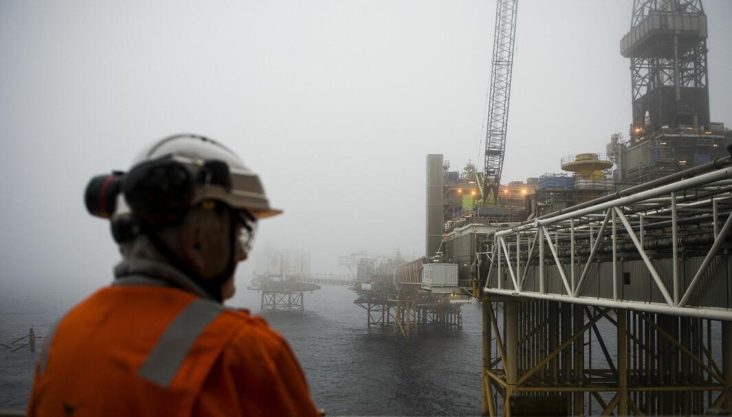 Seniorforsker Lars Gulbrandsen mener vi trenger forskning som kan avdekke hvilken makt for eksempel oljenæringen har, og hvilken innflytelse de har på klimapolitikken, oljeskatten og letepolitikken. — Men den typen forskning blir fort ikke gjennomført, slik Forskningsrådet nå er rigget, sier han. Illustrasjonsbildet er fra Ekofisk-feltet i Nordsjøen.