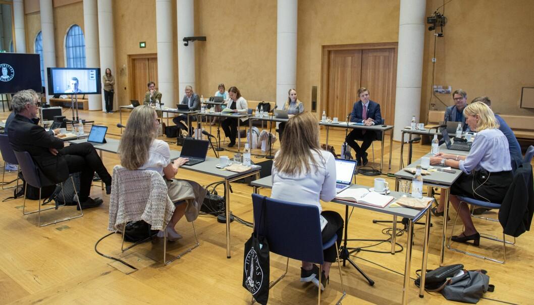 Styret ved Universitetet i Bergen har igjen fysiske møte. Det første dette studieåret var i aulaen, der det er ekstra god plass.