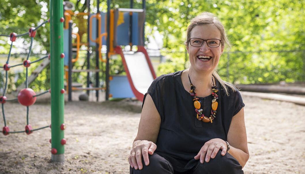 Professor Anne Greve ved barnehagelærerutdanningen forteller om ansatte som er utmattet av en langvarig konfliktsituasjon uten løsning, men at de også har en god porsjon galgenhumor.
