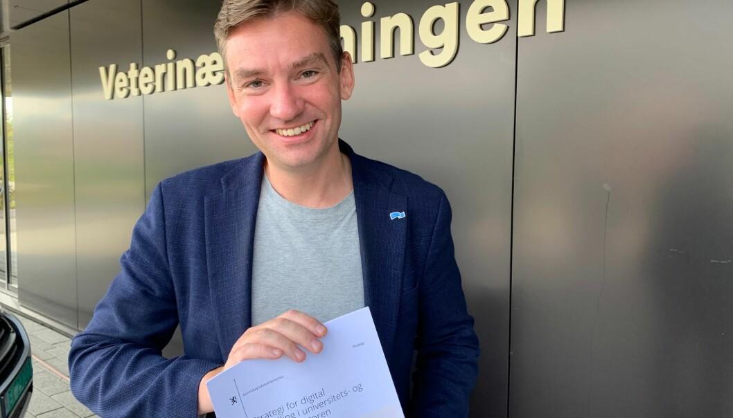 Statsråd Henrik Asheim lanserte strategi for digital omstilling i Ås i dag.