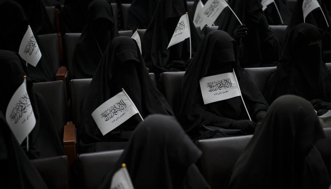 Kvinnene var tildekket fra topp til tå og hadde med seg flagg med støtte til Taliban.