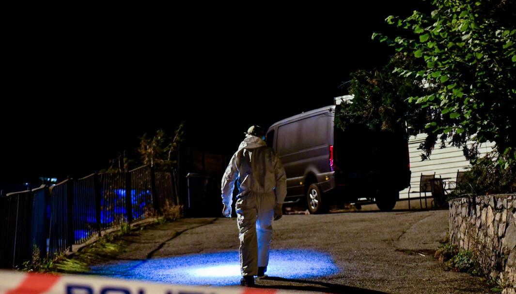 Krimteknikere fra politiet gjorde undersøkelser etter at en død person ble funnet i en hage i Loddefjord.