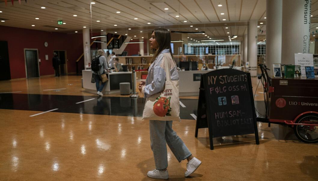 Astrid Utheim Aune stifter bekjentskap med universitetsbiblioteket på Blindern.