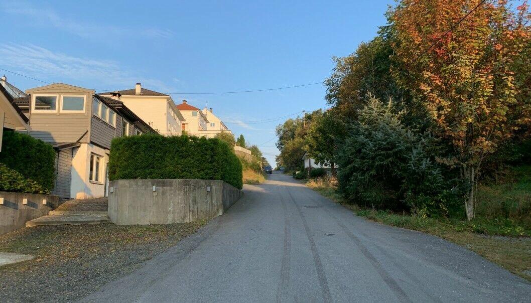 Den avdøde kvinnen og den tiltalte mannen bodde i en leilighet i denne gaten på Eidsvågsneset i bydelen Åsane like nord for Bergen sentrum.