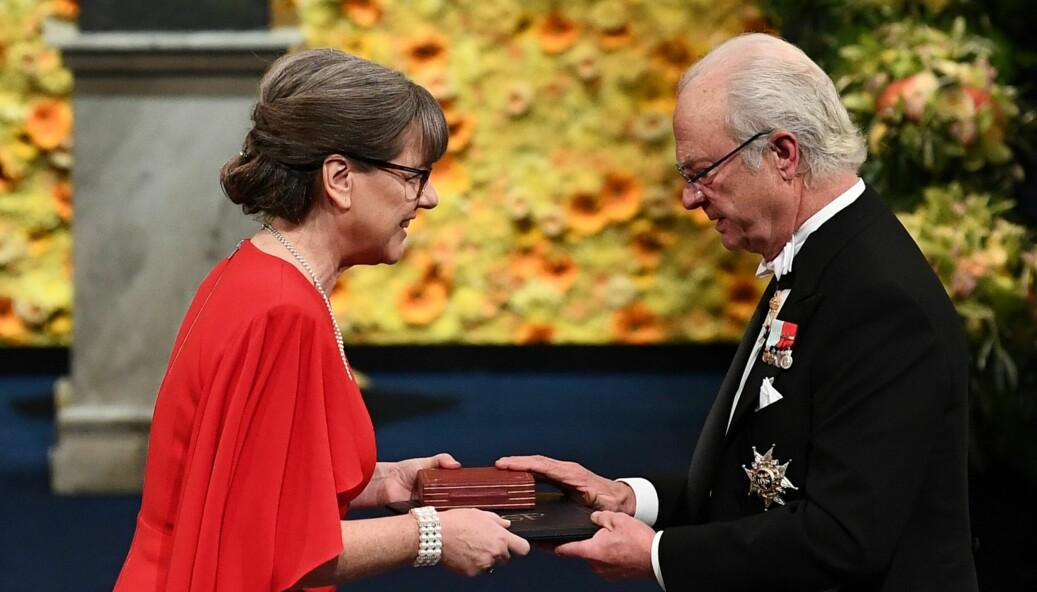 Den kanadiske fysikeren Donna Strickland mottar Nobelprisen i fysikk av Sveriges kong Carl Gustaf i 2018.