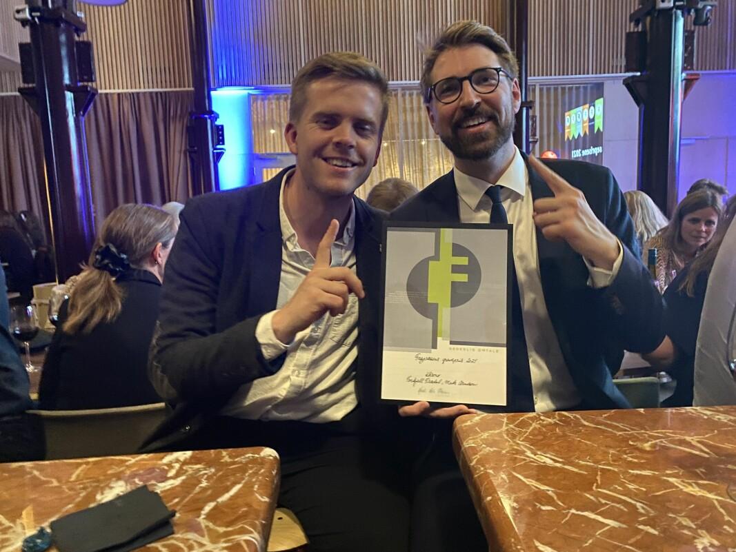 Journalistene Torkjell Trædal og Mats Arnesen med diplomet for hederlig omtale for sakene om «De falske universitetene» under Fagpresseprisene 2021.