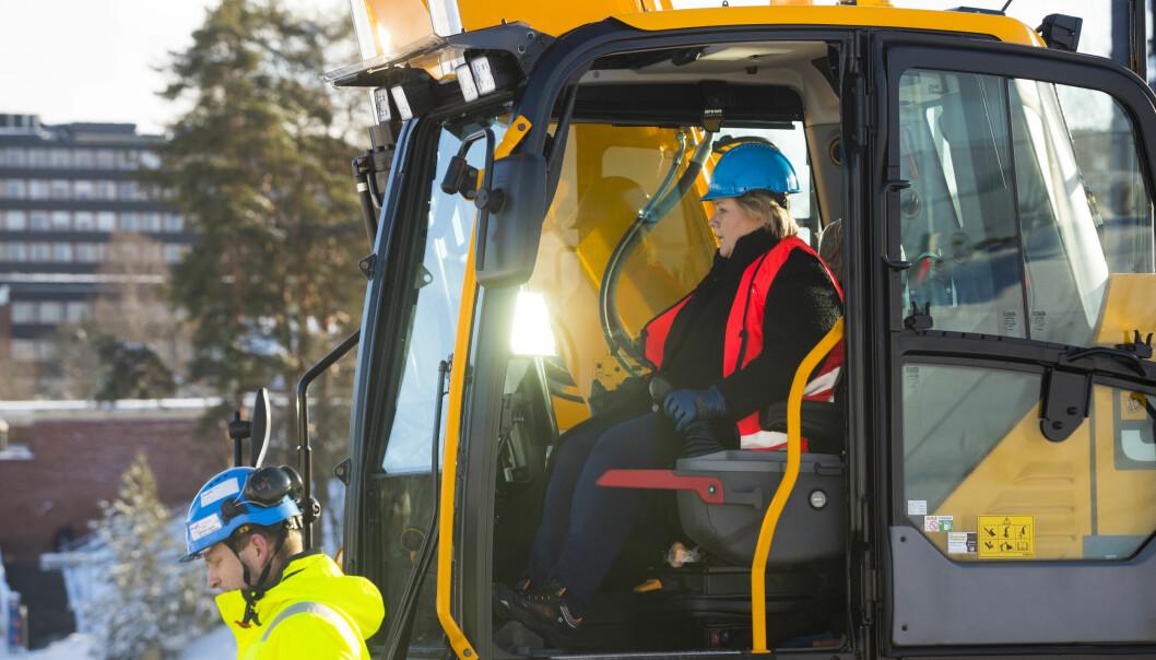 Statsminister Erna Solberg i en gravemaskin instruert av Erling Sande markerte byggestart på det som blir Norges største universitetsbygg, Livsvitenskapsbygget ved Universitetet i Oslo i februar 2019.