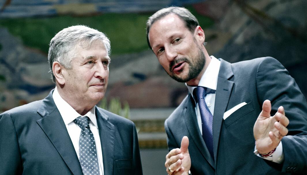 Yakov G. Sinai er en av 24 mottakere av Abelprisen. Her mottar han prisen for 2014 fra Kronprins Haakon under en seremoni i Universitetets Aula i Oslo.