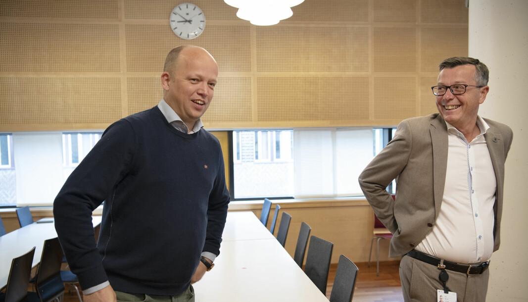 Den påtroppende regjeringen og Sp-leder Trygve Slagsvold Vedum (t.v.) vil gjenopprette et høgskoletilbud på Nesna. — Vi kan spørre om det er god bruk av samfunnets midler. Det vil uansett spise av midlene som ellers ville kommet andre universitet og høgskoler til gode, sier UiT-rektor Dag Rune Olsen.