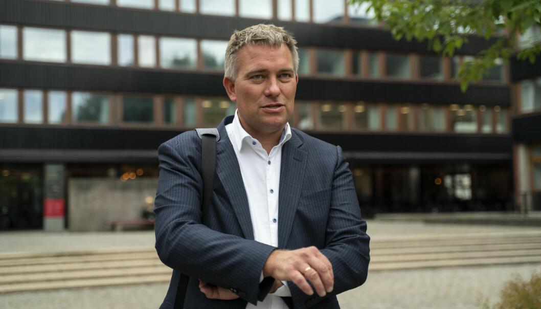 Professor ved Universitetet i Oslo, Bjørn Høyland, ble for ti og et halvt år siden truet på livet. Stadig blir han oppringt av ukjente nummere med trusler. Nå ber forskersamfunnet om at det tas grep.