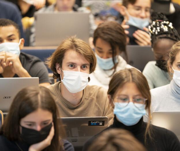 Professor truet med sparken etter å ha krevd maske i undervisningen