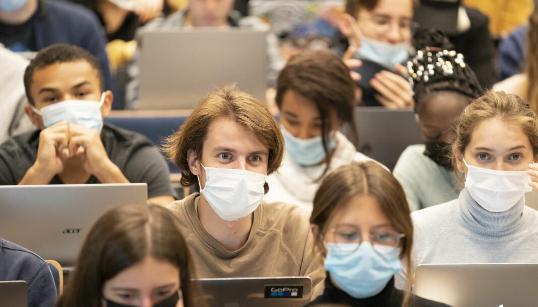 Studenter ved UCLLouvain i Belgia bruker maske i forelesningen. Det samme kravet er ikke lov i Iowa i USA.