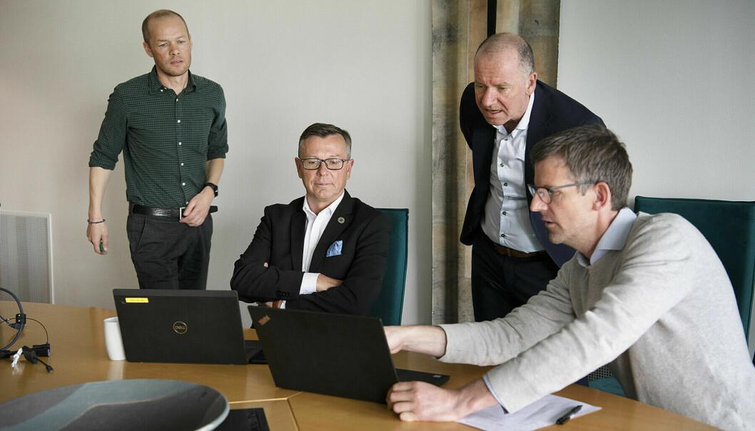 Her preppes UiT-rektor Dag Rune Olsen av strategisk rådgiver Roger Ingebrigtsen ved UiT til høyre, flankert av Lars Buseth helt til høyre og Leif Martin Haugen i rektor og direktørs stab ved UiT til venstre. Anledningen var møte med Sp-leder Trygve Slagsvold Vedum tidligere i år.