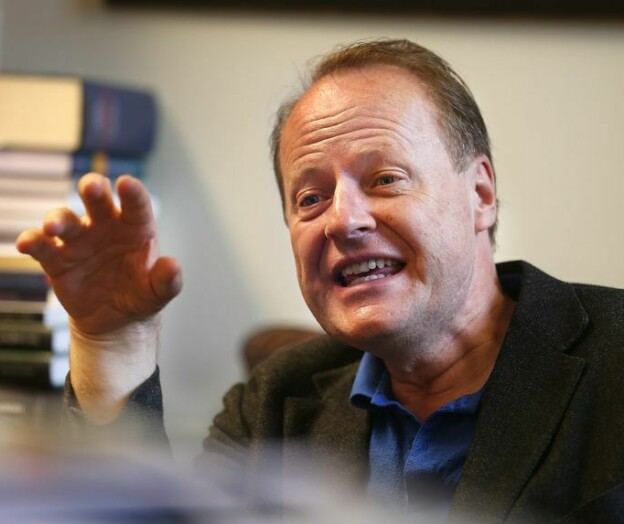 Bør ikke stille spørsmål ved internasjonalisering, mener jussprofessor Andenæs