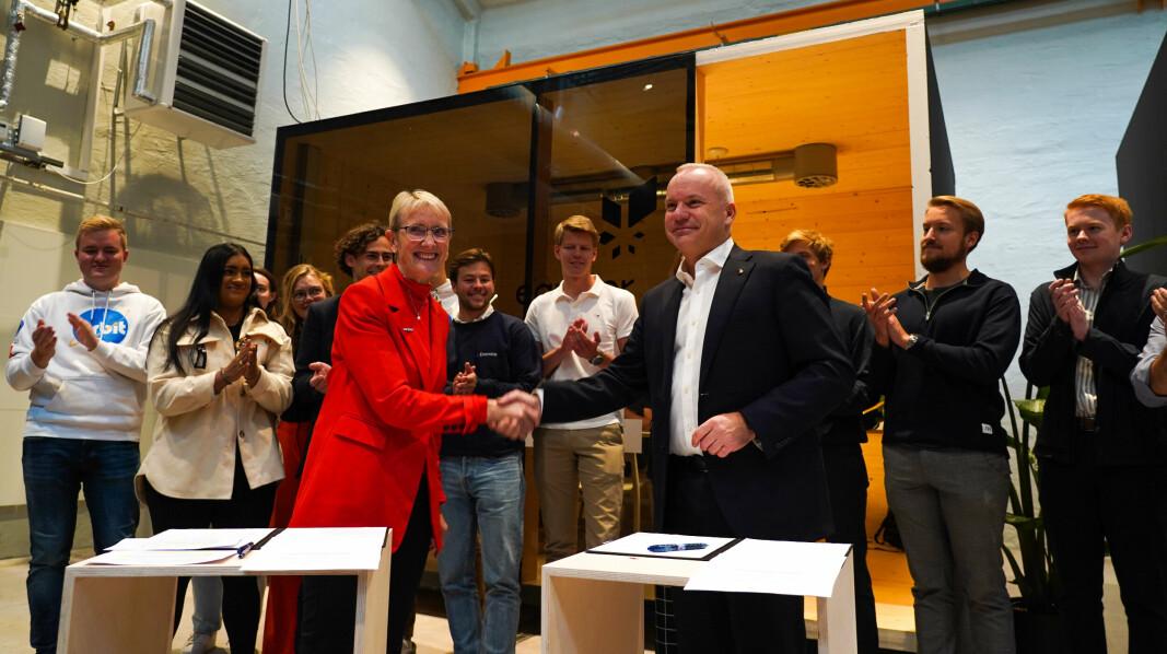 Rektor Anne Borg ved NTNU og administrerende direktør i Equinor ASA, Anders Opedal. Denne gangen kunne avtalen også signeres med et håndtrykk.