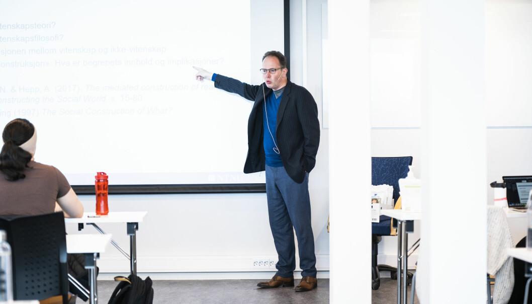 — Hvordan kan Øyvind Eikrem – den dag i dag – være tildelt ansvaret for å undervise i tre emner og være i fullt virke på instituttet, hvis han har begått såpass graverende handlinger at han må avskjediges? spør Trond Andresen.