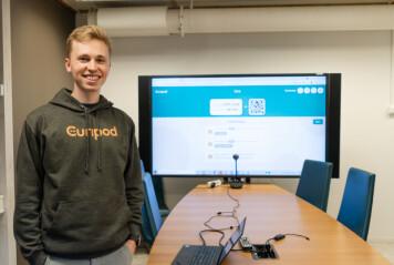 Eirik Hernes Berre er den eneste av de seks ansatte som holder til i Trondheim. Han studerer nå Samfunnsøkonomi ved NTNU, og har overordnet kundeansvar i bedriften.