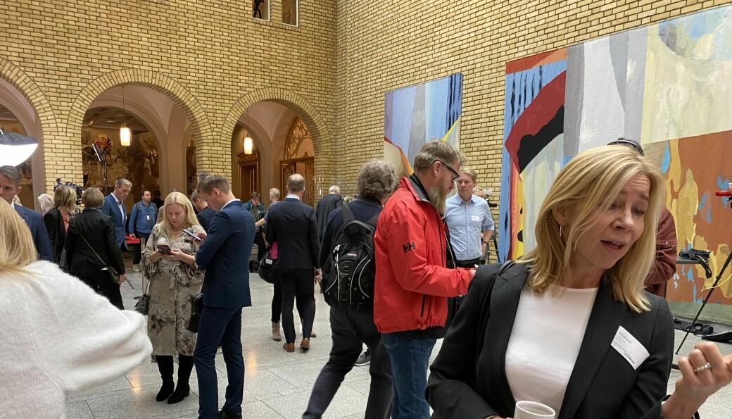 Høy aktivitet i Vandrehallen på Stortinget tirsdag, når statsbudsjettet legges fram. I forkant til høyre: OsloMet-rektor Nina Waaler.